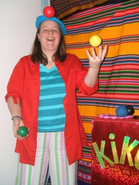 kindertheater kiko -kindervoorstelling Kikos tekenwedstrijd - jongleren met de kleuren van het pallet