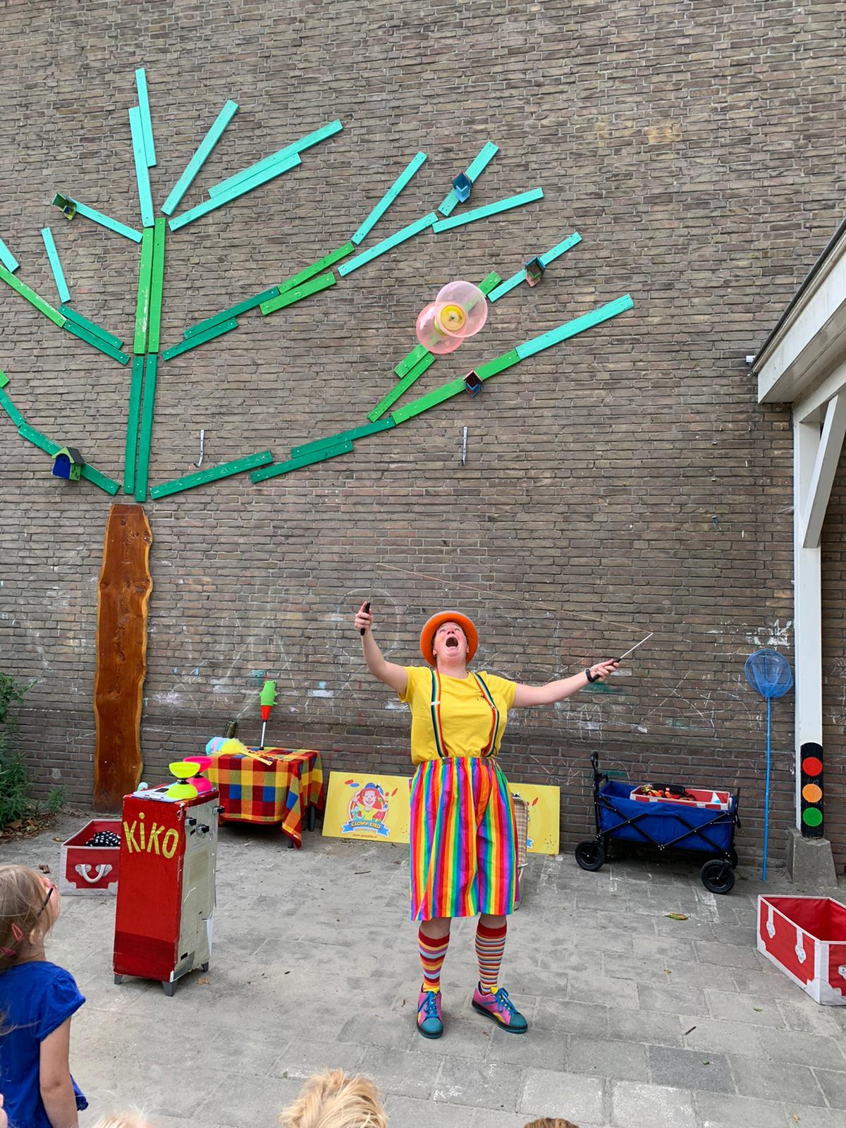 Kindertheater Kiko voorstelling Clown Kiko's jongleer en goochelshow leuke vrolijke kindervoorstelling vol circustrucs en interactie met de kinderen bij KION BSO in Nijmegen