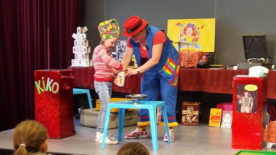 "kindertheater kiko -kindervoorstelling ""Oma Kikonellas koffertje"" - met een koffer vol speelgoed, gebruiksvoorwerpen en trucs van vroeger - koffiebonen malen"