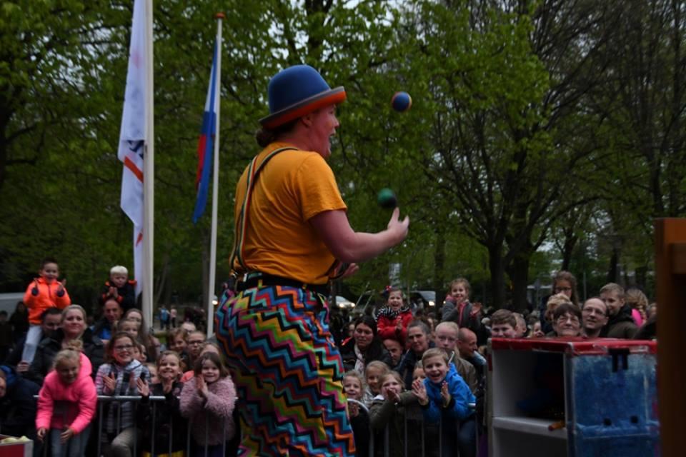 Kindertheater Kiko straatthetaer voorstellingen clown & jongleur Kiko gemeentehuis Katwijk 5 mei