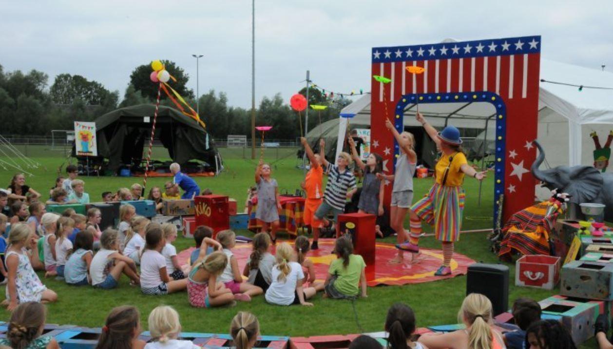 Kindertheater Kiko voorstelling Clown Kiko's jongleer en goochelshow leuke vrolijke kindervoorstelling vol circustrucs en interactie met de kinderen in Ooij bij Nijmegen