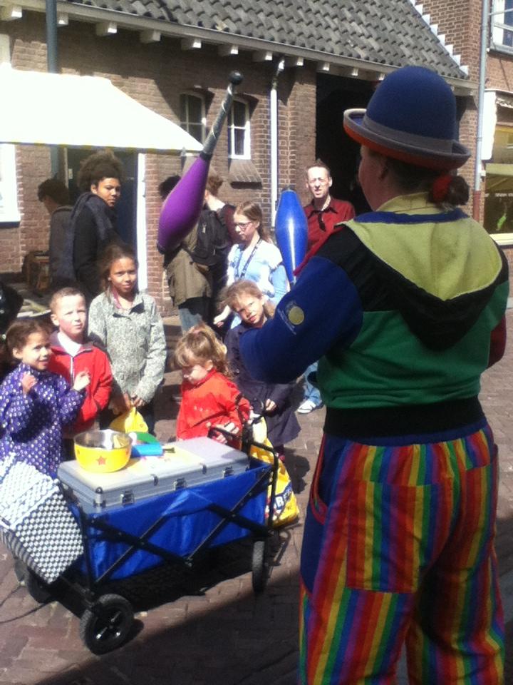 Kindertheater Kiko straatthetaer voorstellingen clown & jongleur Kiko op de boekenmarkt in Wageningen