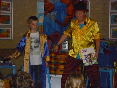 kindertheater kiko -kindervoorstelling superclown of held op sokken goochelen met een stripboek