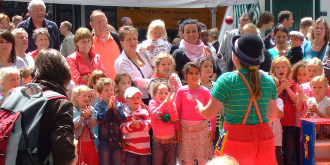 kindertheater kiko - straatheater show clown kiko tijdens de vierdaagse feesten in Nijmegen