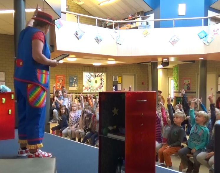 """kindertheater kiko -kindervoorstelling """"Oma Kikonellas koffertje"""" - met een koffer vol speelgoed, gebruiksvoorwerpen en trucs van vroeger"""