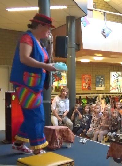"""kindertheater kiko -kindervoorstelling """"Oma Kikonellas koffertje"""" - met een koffer vol speelgoed, gebruiksvoorwerpen en trucs van vroeger - oma belt"""