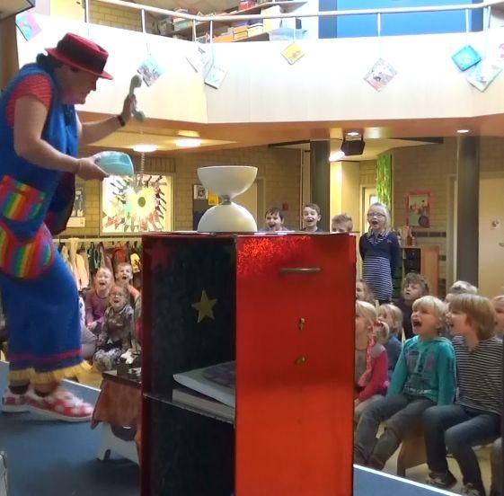 """kindertheater kiko -kindervoorstelling """"Oma Kikonellas koffertje"""" - met een koffer vol speelgoed, gebruiksvoorwerpen en trucs van vroeger - oma Kikonella aan de telefoon"""