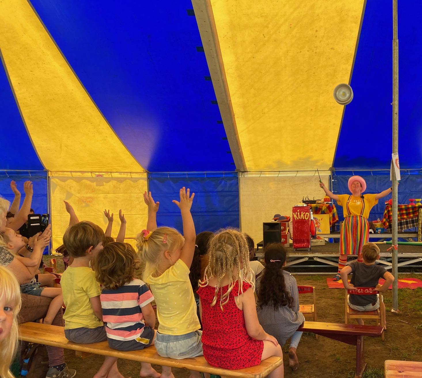 Kindertheater Kiko voorstelling Clown Kiko's jongleer en goochelshow leuke vrolijke kindervoorstelling vol circustrucs en interactie met de kinderen bij de Leuke Linde in Arnhem hier de kindervoorstelling voor 4 t/m 7 jaar door Clown Kiko