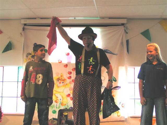 Kindertheater Kiko voorstelling Clown Kiko's jongleer en goochelshow leuke vrolijke kindervoorstelling vol circustrucs en interactie met de kinderen op een school in Arnhem