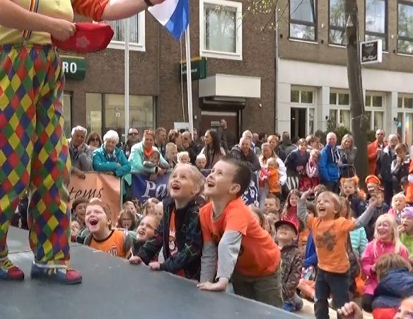 Kindertheater Kiko straattheater circus voorstelling op koningsdag