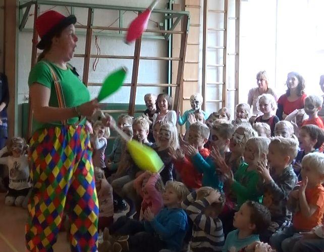 Kindertheater Kiko kindervoorstelling Feest! van 1 uur met goochelen, jongleren en veel interactie met de kinderen hier voor de kleuters op een basisschool