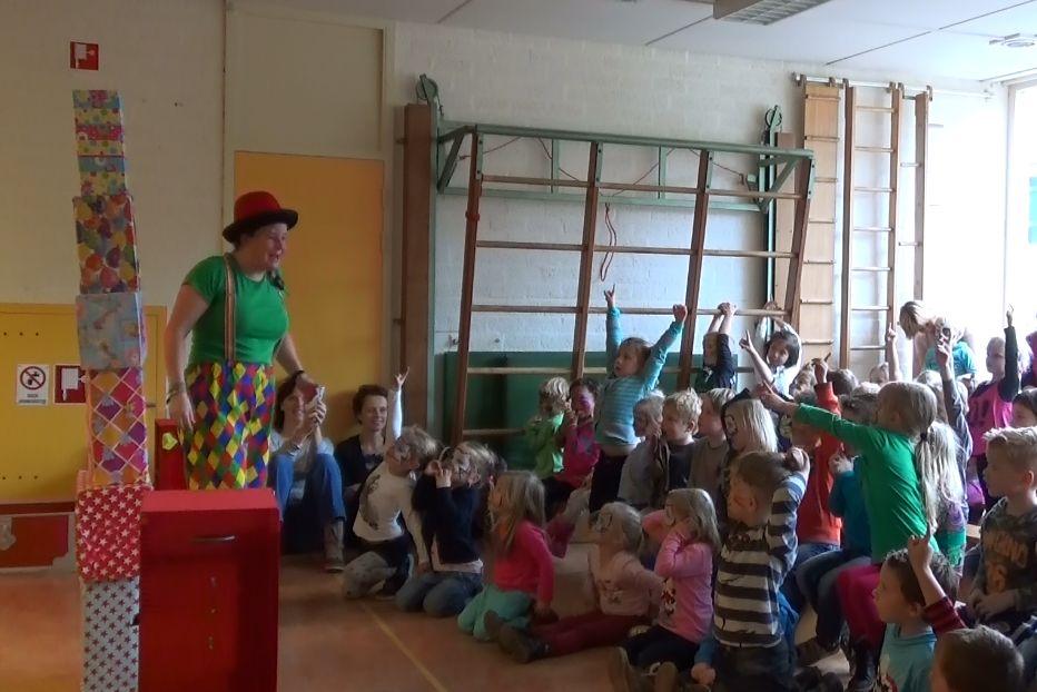 Kindertheater Kiko kindervoorstelling Feest! van 1 uur met goochelen, jongleren en veel interactie met de kinderen