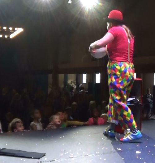 Kindertheater Kiko kindervoorstelling Feest! van 1 uur met goochelen, jongleren en veel interactie met de kinderen in de Plaets in Burgum voor kinderen van 4 tot 10 jaar