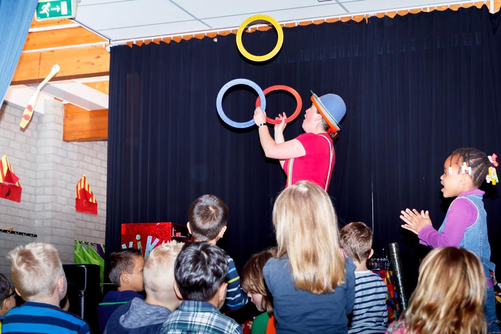Kindertheater Kiko voorstelling Clown Kiko's jongleer en goochelshow leuke vrolijke kindervoorstelling vol circustrucs en interactie met de kinderen op een school