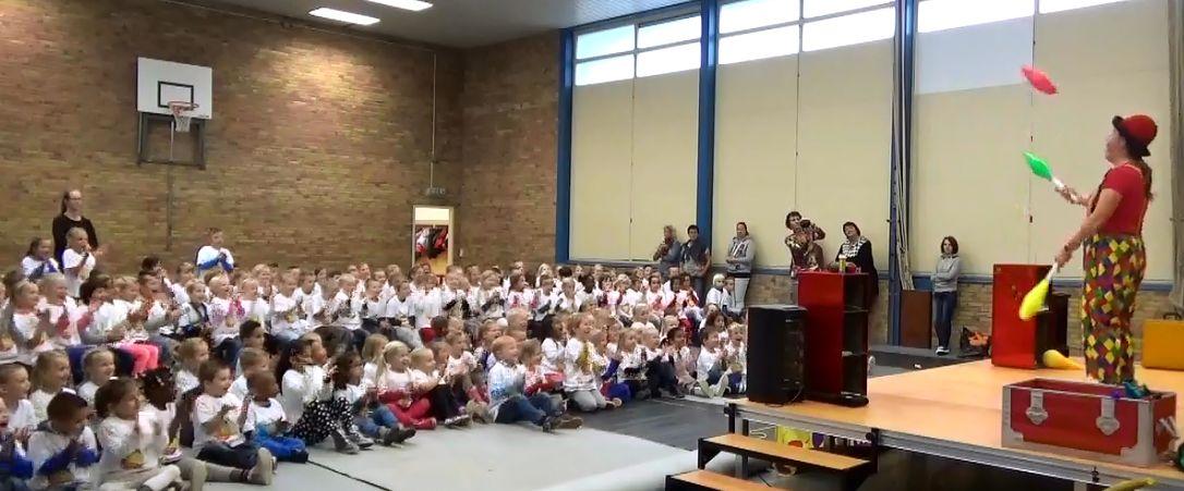 Kindertheater Kiko voorstelling Clown Kiko's jongleer en goochelshow jongleer act