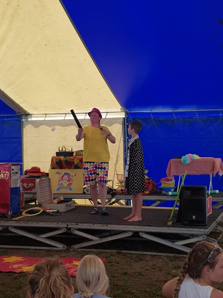 Kindertheater Kiko voorstelling Jongleur Kiko's jongleer en goochelshow leuke vrolijke kindervoorstelling vol circustrucs en interactie met de kinderen bij de Leuke Linde in Arnhem hier de kindervoorstelling voor 7 t/m12 jaar door Jongleur Kiko