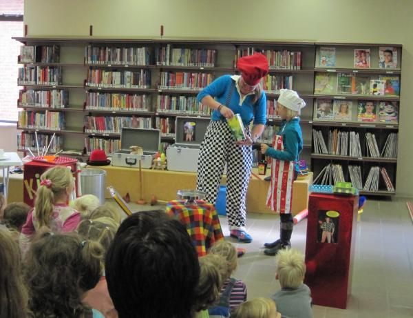 """kindervoorstelling """"In de soep"""" van Kindertheater Kiko in de bibliotheek"""