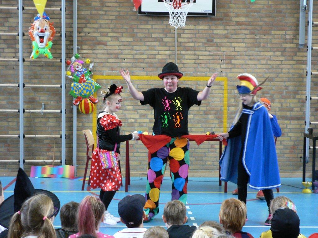 Kindertheater kiko - carnvals voorstelling door Clown & Jongleur Kiko op een school in Breda