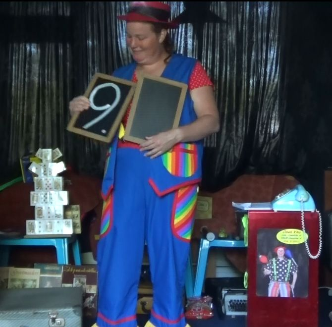 "kindertheater kiko -kindervoorstelling ""Oma Kikonellas koffertje"" - met een koffer vol speelgoed, gebruiksvoorwerpen en trucs van vroeger - goochelen met leitjes"