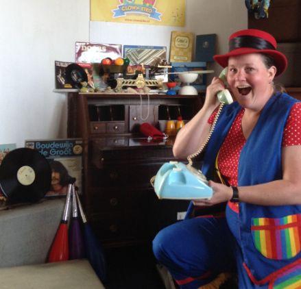 Kindertheater Kiko speelt Oma Kikonella's koffertje waarin Kiko op zolder een koffer vind vol speelgoed en gebruiksvoorwerpen van vroeger
