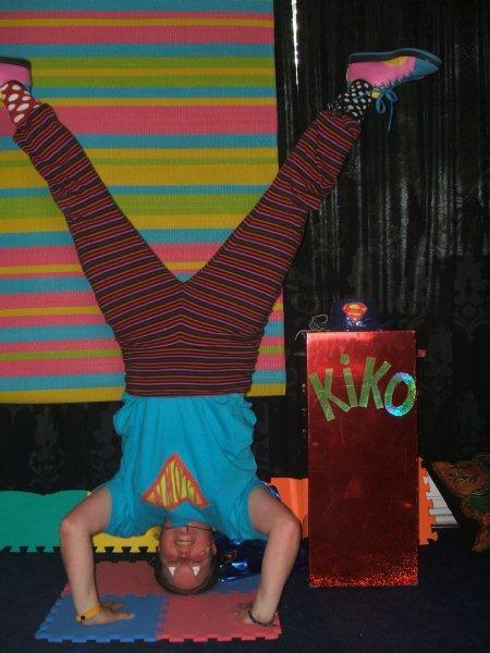 kindertheater kiko -kindervoorstelling superclown of held op sokken