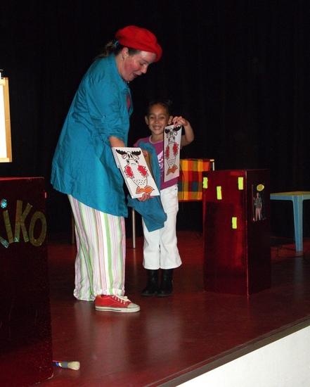 kindertheater kiko -kindervoorstelling Kikos tekenwedstrijd - Kiko krijgt hulp van een van de kinderen - eniver Almelo