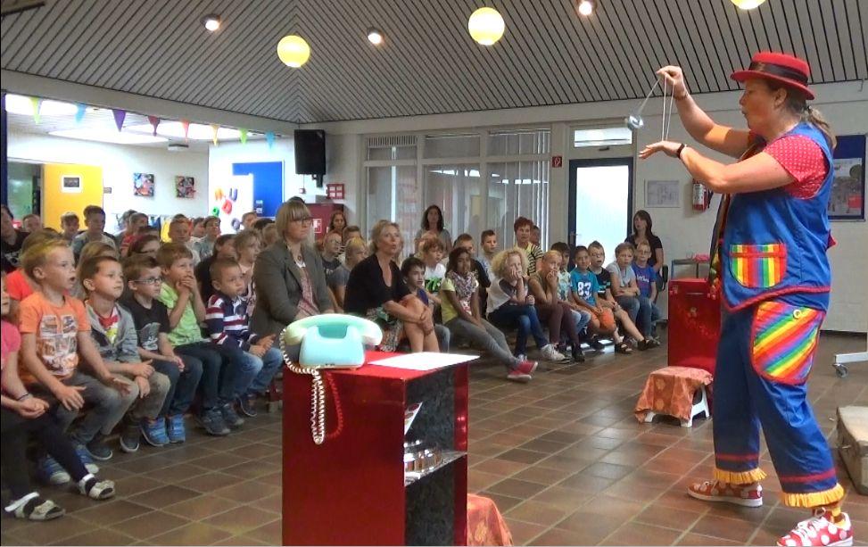"""kindertheater kiko -kindervoorstelling """"Oma Kikonellas koffertje"""" - met een koffer vol speelgoed, gebruiksvoorwerpen en trucs van vroeger - jojo"""