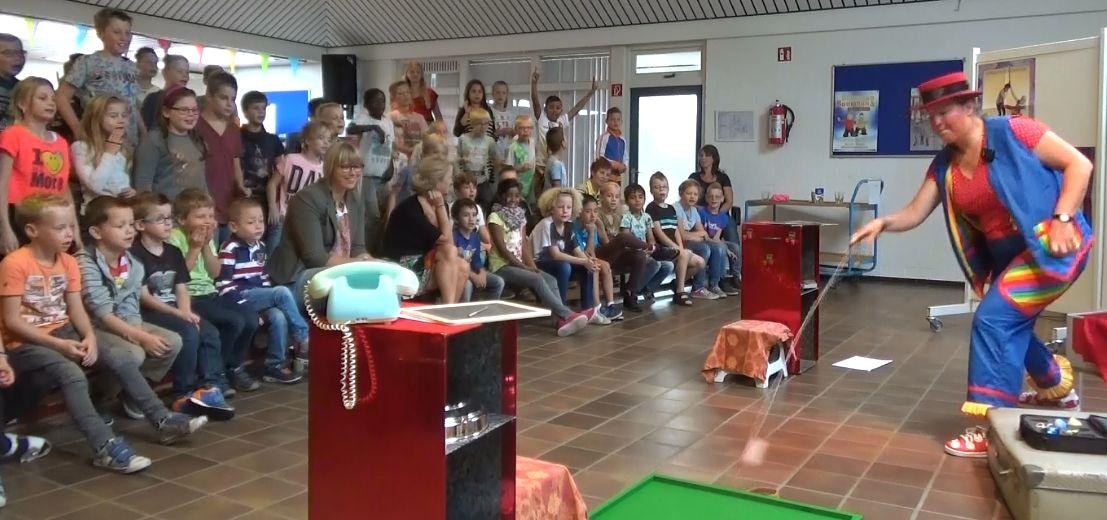 """kindertheater kiko -kindervoorstelling """"Oma Kikonellas koffertje"""" - met een koffer vol speelgoed, gebruiksvoorwerpen en trucs van vroeger - tol"""