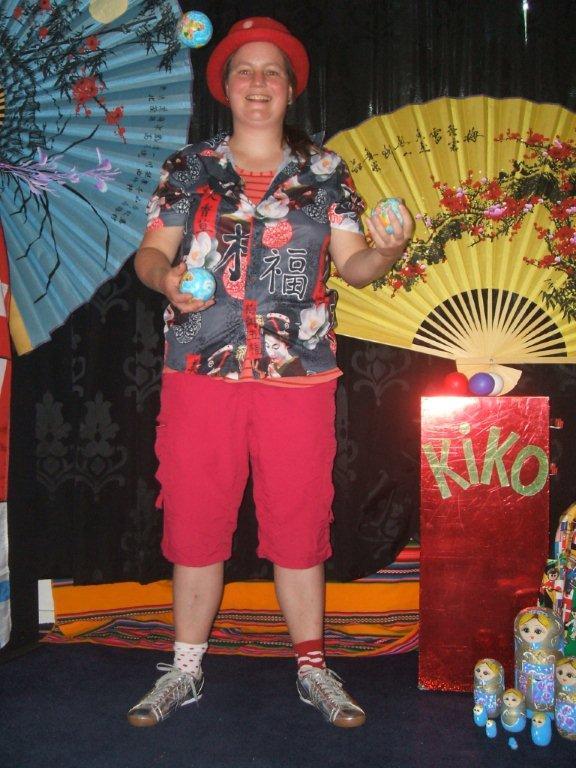 """kindertheater kiko -kindervoorstelling """"rare snuiters, vreemde vogels en een koffer vol ontmoetingen"""" - jongleren met wereldbollen"""