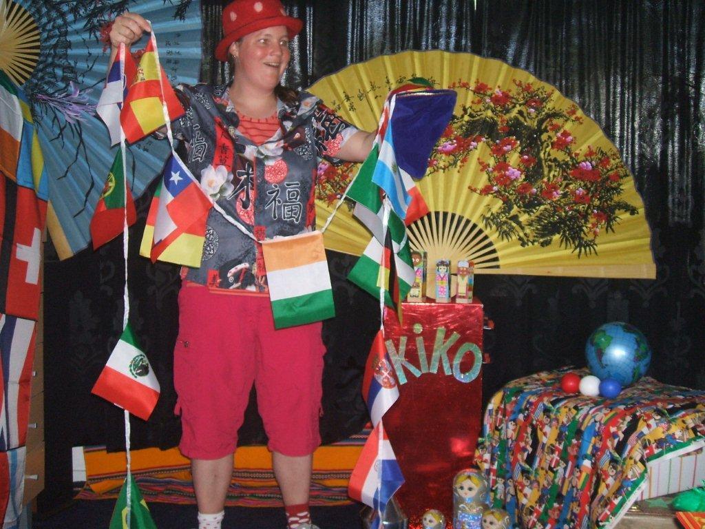 """kindertheater kiko -kindervoorstelling """"rare snuiters, vreemde vogels en een koffer vol ontmoetingen"""" - goochelen met vlaggen uit verschillende landen"""
