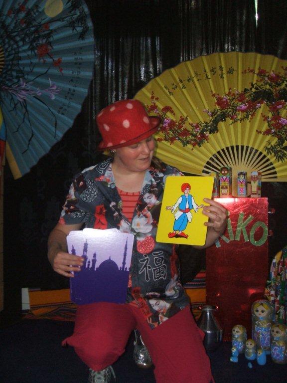 """kindertheater kiko -kindervoorstelling """"rare snuiters, vreemde vogels en een koffer vol ontmoetingen"""" - goochelen met alibabba en de zeven rovers"""