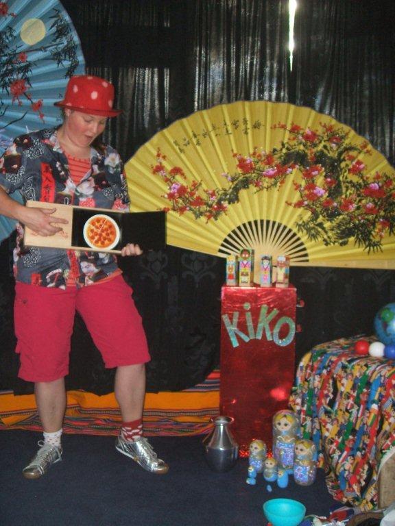 """kindertheater kiko -kindervoorstelling """"rare snuiters, vreemde vogels en een koffer vol ontmoetingen"""" - goochelen met pizza uit italie"""