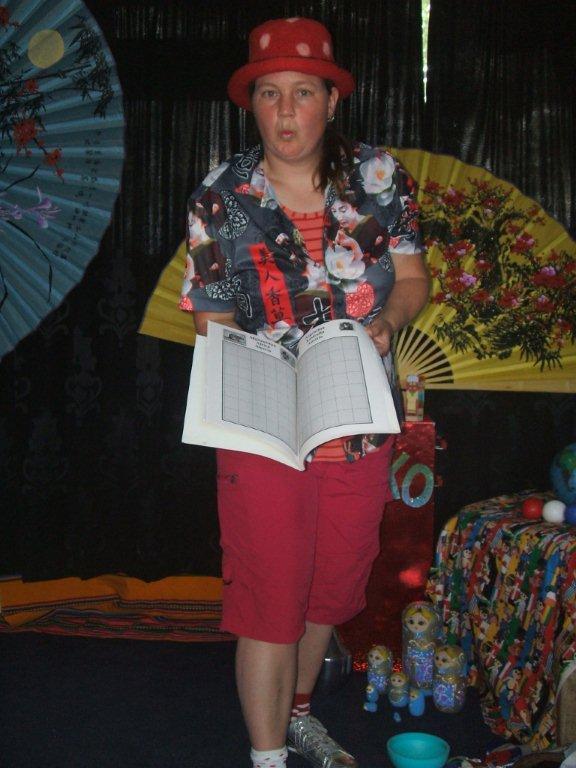"""kindertheater kiko -kindervoorstelling """"rare snuiters, vreemde vogels en een koffer vol ontmoetingen"""" - goochelen met verschillende talen en schriften in boeken"""