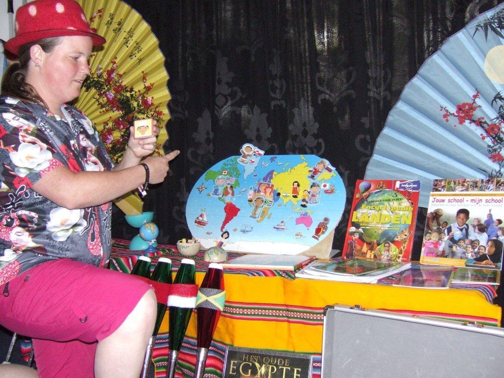 """kindertheater kiko -kindervoorstelling """"rare snuiters, vreemde vogels en een koffer vol ontmoetingen"""" - Kiko is op wereldreis geweest"""