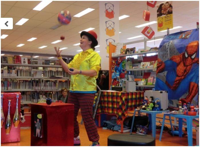 kindertheater kiko -kindervoorstelling superclown of held op sokken in de bibliotheek in Leerdam