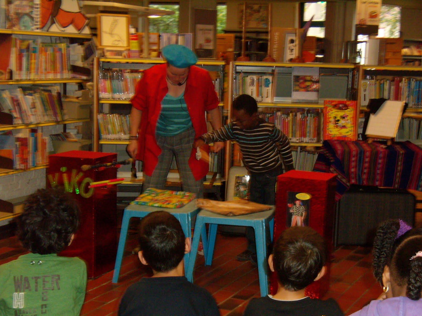 kindertheater kiko -kindervoorstelling Kikos tekenwedstrijd in de bibliotheek in Tilburg