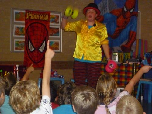 kindertheater kiko -kindervoorstelling superclown of held op sokken op een school
