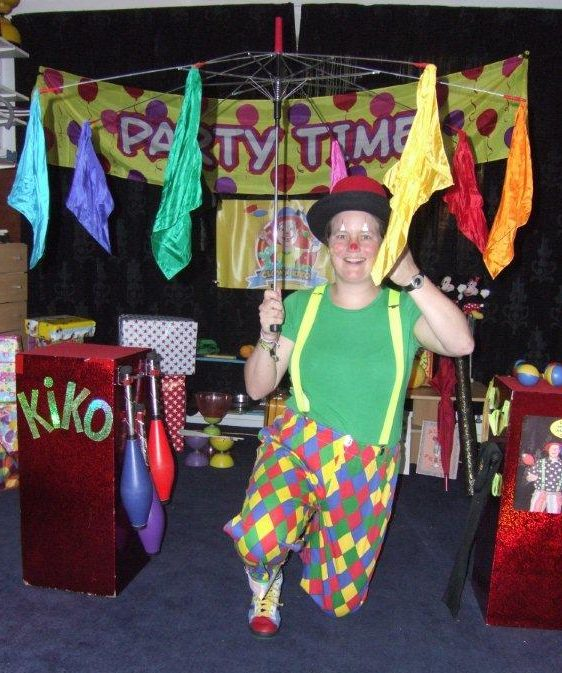 Kindertheater Kiko kindervoorstelling Feest! van 1 uur met goochelen, jongleren en veel interactie met de kinderen voor kinderen van 4 tot 10 jaar