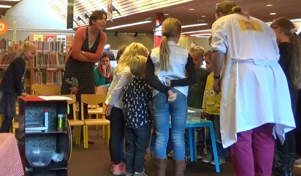 Kindertheater Kiko speelt de kinderboekenweek voorstelling Professor Kiko ontdekt de zwaartekracht over wetenschap en over dromen in de bibliotheek in Zetten