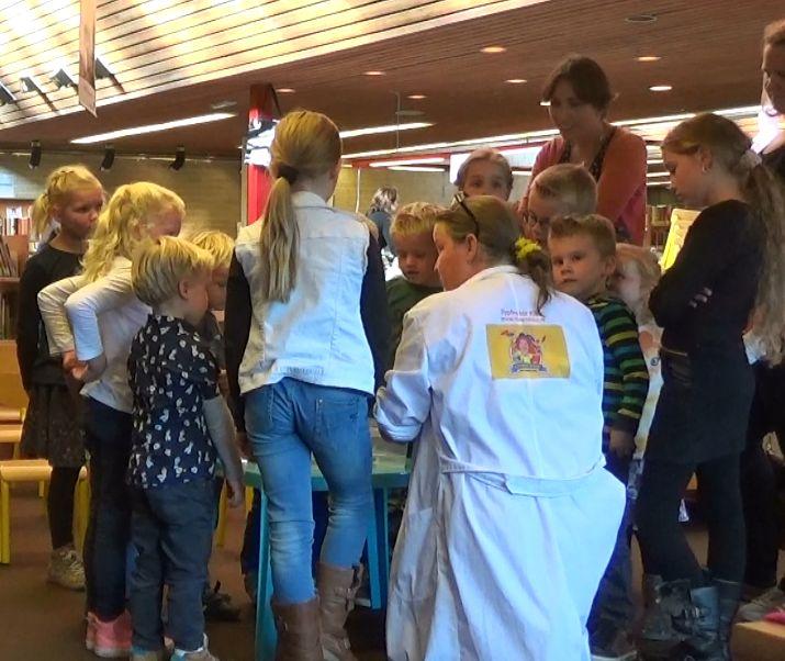 Kindertheater Kiko speelt de kindervoorstelling Professor Kiko ontdekt de zwaartekracht tijdens de kinderboekenweek over wetenschap en over dromen in de bibliotkeek in Zetten