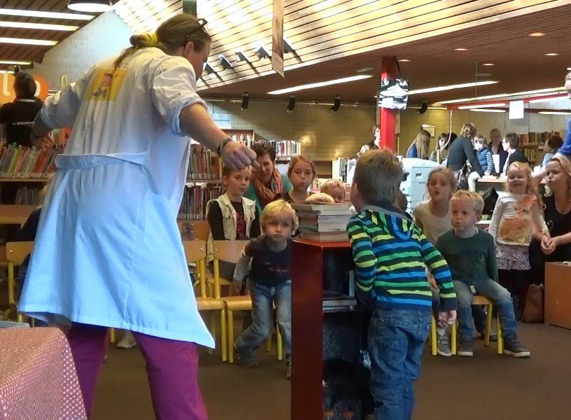 Kindertheater Kiko speelt de kindervoorstelling Professor Kiko ontdekt de zwaartekracht over wetenschap en over dromen in de bibliotkeek in Zetten