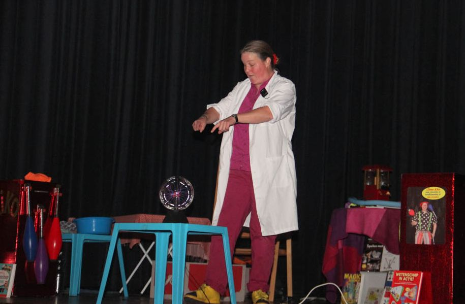 Kindertheater Kiko speelt de kindervoorstelling Professor Kiko ontdekt de zwaartekracht in de Plaets in Burgum