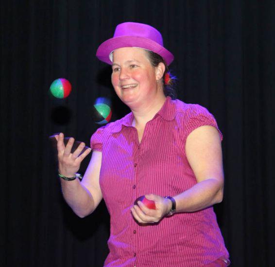 Kindertheater Kiko speelt de kinderboekenweek voorstelling Professor Kiko ontdekt de zwaartekracht, en droomt ervan een jongleur te zijn