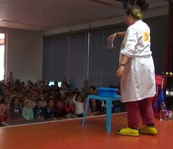 Kindertheater Kiko speelt de kindervoorstelling Professor Kiko ontdekt de zwaartekracht over wetenschap en over dromen in eniver in Almelo