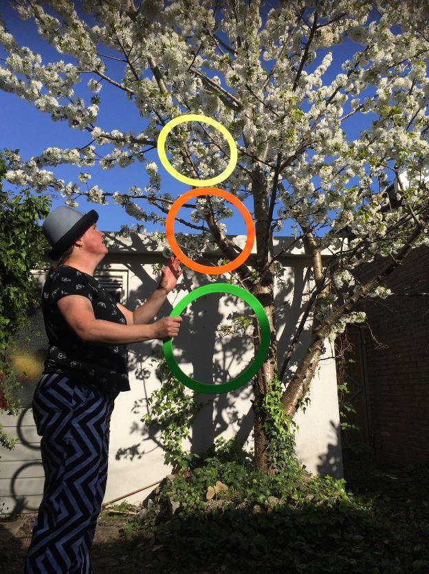 Jongleur Kiko jongleert met ringen