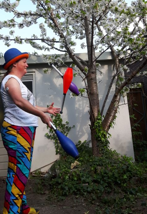 Jongleur Kiko jongleert voor een kersenboom