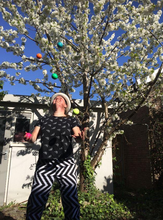 Jongleur Kiko jongleert met 5 ballen