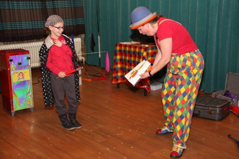 Kindertheater Kiko clowns  voorstelling Clown Kiko's jongleer en goochelshow interactieve goochel act in Ede