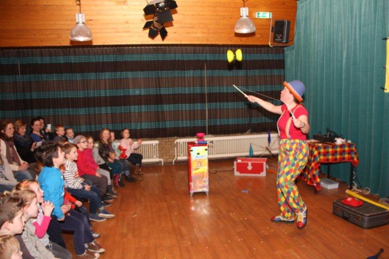 Kindertheater Kiko voorstelling Clown Kiko's jongleer en goochelshow interactieve diabolo act in Ede