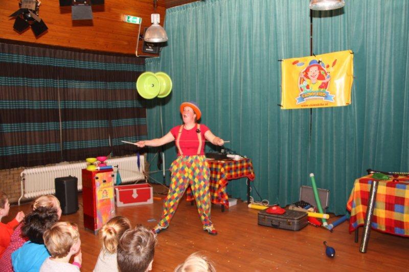 Kindertheater Kiko voorstelling Clown Kiko's jongleer en goochelshow interactieve act met reuze diabolo in Ede